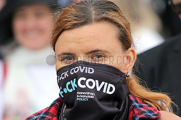 Prag  Tschechien  Frau traegt einen Schal mit der Aufschrift Fuck Covid
