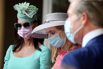Iffezheim  Deutschland  Fashion: Elegant gekleidete Frauen mit Hut und ein Mann tragen Mund-Nasen-Schutz