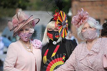 Hoppegarten  Deutschland  Fashion: Elegant gekleidete Frauen mit Hut tragen selbstgenaehte Mund-Nasen-Schutze