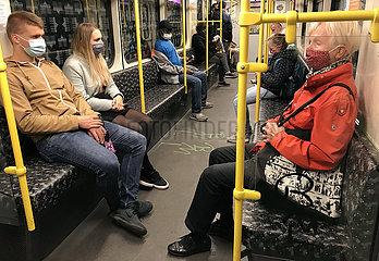 Berlin  Deutschland  Menschen in einer U-Bahn tragen in Zeiten der Coronapandemie Mund-Nasen-Schutz