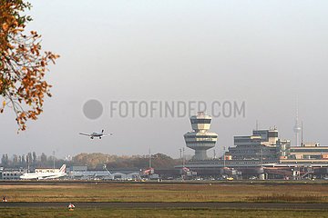 Berlin  Deutschland  letzte Landung auf dem Flughafen Berlin-Tegel: ein Kleinflugzeug im Landeanflug vor dem Terminal