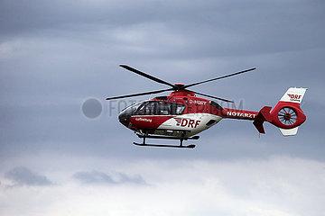 Iffezheim  Deutschland  Rettungshubschrauber der DRF Luftrettung im Flug
