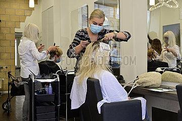 Deutschland  Nordhrein-Westfalen  Essen - Arbeiten in einem Friseursalon unter strengen Hygienevorschriften waehrend der Coronapandemie