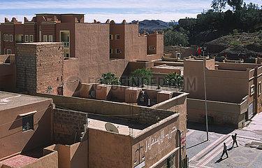 Ouarzazate  Marokko  Erhoehter Blick auf traditionelle Gebaeude im Stadtzentrum