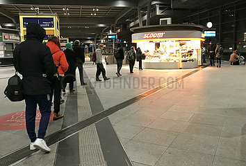Berlin  Deutschland  Menschen stehen in Zeiten der Coronapandemie auf dem Bahnhof Suedkreuz mit Abstand zueinander an einem Backshop an