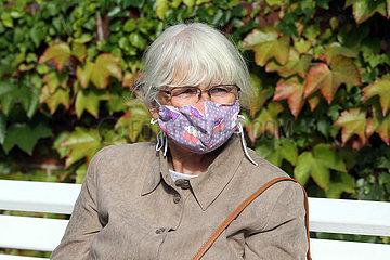 Hoppegarten  Deutschland  Seniorin traegt einen selbstgenaehten Mund-Nasen-Schutz