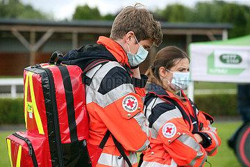 Hamburg  Deutschland  Rettungssanitaeter des Deutschen Roten Kreuz tragen Mund-Nasen-Schutz
