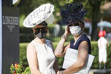Iffezheim  Deutschland  Fashion: Elegant gekleidete Frauen mit Hut tragen Mund-Nasen-Schutz
