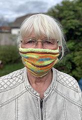 Neuenhagen  Deutschland  Seniorin traegt einen gehaekelten Mund-Nasen-Schutz