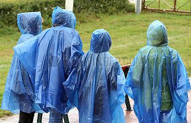 Dresden  Deutschland  Menschen tragen bei Schlechtwetter blaue Regencapes
