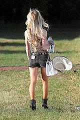 Halle (Saale)  Deutschland  Rueckansicht einer jungen blonden Frau in Hot Pants