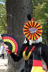Hoppegarten  Deutschland  Frau ist am Tag der Deutschen Einheit komplett in den Nationalfarben gekleidet
