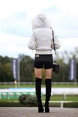 Hannover  Deutschland  Frau traegt bei kuehlem Herbstwetter Hotpants und kniehohe Stiefel