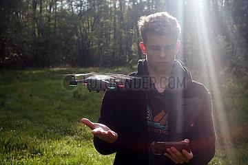 Dranse  Deutschland  Teenager laesst eine Kamera-Drohne fliegen