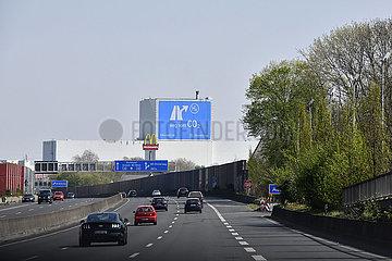 Deutschland  Nordhrein-Westfalen  Essen - Leere Autobahn waehrend der Coronapandemie