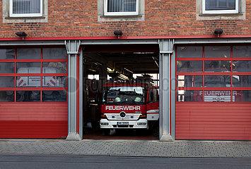 Deutschland  Bremen - Feuerwache 1  auch die Zentrale der Bremer Feuerwehr. Mannschaft rueckt zu einem Einsatz aus