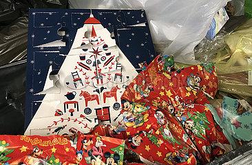 Berlin  Deutschland  Weihnachtsgeschenkpapier und Adventskalender zwei Tage nach Heiligabend in einer Restmuelltonne