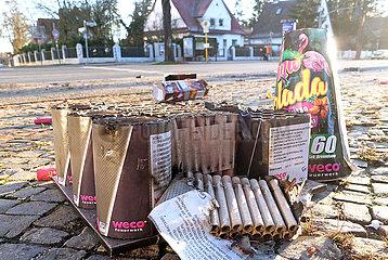 Berlin  Deutschland  Verpackungen von Silvesterfeuerwerk liegen auf einem Buergersteig