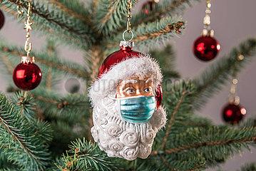 Weihnachtsmann mit Corona-Maske