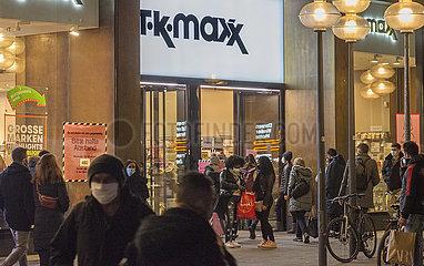 Leute beim Shoppen  Andrang  Fussgaengerzone waehrend 2. Lockdown  Muenchen  25.11.2020