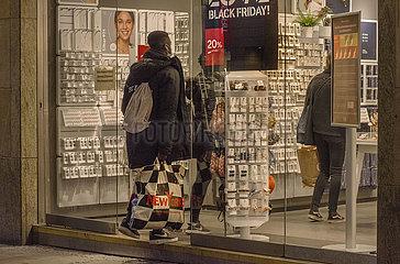 Leute beim Shoppen  Fussgaengerzone waehrend 2. Lockdown  Muenchen  25.11.2020