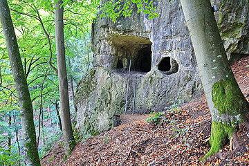 Das Felsentor ist eine Sehenswürdigkeit von Emmendorf bei Kinding