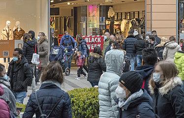 Leute beim Shoppen  Black Friday  Fussgaengerzone waehrend 2. Lockdown  Muenchen  27.11.2020