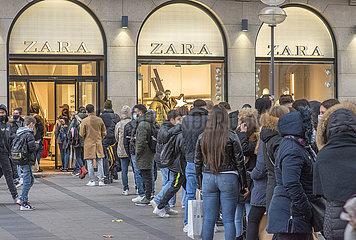 Leute beim Shoppen  Black Friday  Zara  2. Lockdown  Muenchen  27.11.2020