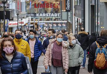 Passanten in der Essener Innenstadt in Zeiten der Coronapandemie zur Vorweihnachtszeit  Essen  Nordrhein-Westfalen  Deutschland
