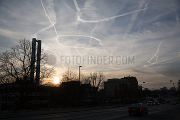 Deutschland  Bremen - Kondensstreifen von Flugzeugen am Himmel