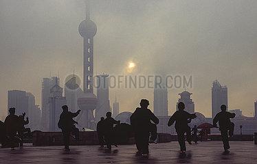 Shanghai  China  Tai Chi vor der Skyline von Pudong mit Wolkenkratzern und Fernsehturm