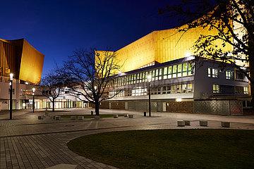 Berlin  Deutschland - Kammermusiksaal und Philharmonie am Kulturforum in Berlin-Mitte beleuchtet bei Nacht.