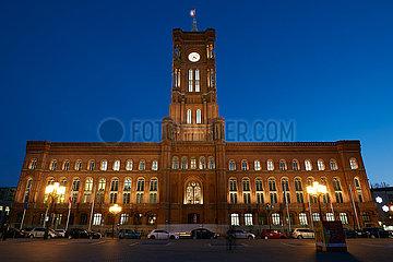 Berlin  Deutschland - Das Rote Rathaus in Berlin-Mitte am Abend.