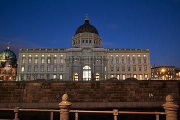 Berlin  Deutschland - Humboldt Forum mit der Westfassade am Abend.
