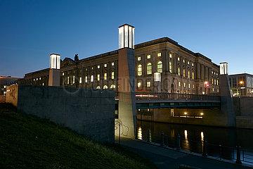 Berlin  Deutschland - Hochschule fuer Musik Hanns Eisler in Berlin-Mitte am Abend.