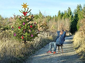 Mann feiert Weihnachten allein im Wald  Dezember 2020