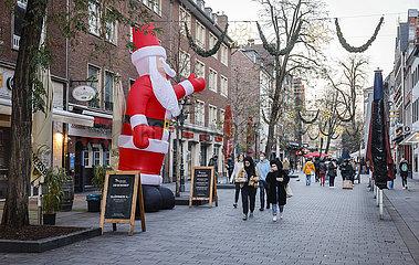 Wenige Passanten in der Duesseldorfer Innenstadt in Zeiten der Coronapandemie mit Weihnachtsmann zur Vorweihnachtszeit  Duesseldorf  Nordrhein-Westfalen  Deutschland