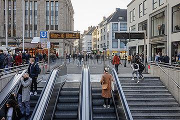 Passanten in der Duesseldorfer Innenstadt in Zeiten der Coronapandemie zur Vorweihnachtszeit  Duesseldorf  Nordrhein-Westfalen  Deutschland