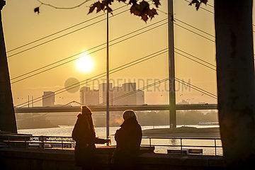 Menschen treffen sich in Zeiten der Coronapandemie zur Vorweihnachtszeit auf der Rheinpromenade  Duesseldorf  Nordrhein-Westfalen  Deutschland