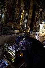 Republik Moldau  Nonne im Gebet vor Ikonen im Dreifaltigkeitskloster Saharna