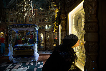 Republik Moldau  Nonne kuesst eine Ikone im Dreifaltigkeitskloster Saharnaim Dreifaltigkeitskloster Saharna
