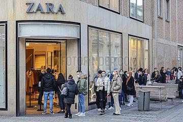 Black Friday  Passanten in der Duesseldorfer Innenstadt in Zeiten der Coronapandemie zur Vorweihnachtszeit  Duesseldorf  Nordrhein-Westfalen  Deutschland