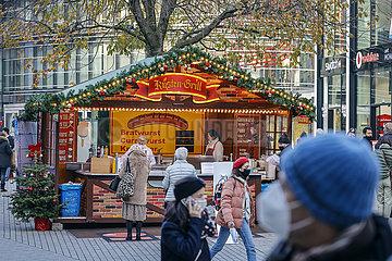 Wenige Passanten in der Duesseldorfer Innenstadt in Zeiten der Coronapandemie zur Vorweihnachtszeit  Duesseldorf  Nordrhein-Westfalen  Deutschland