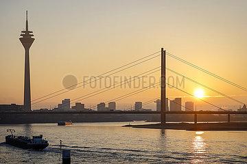 Stadtpanorama beim Sonnenuntergang  Duesseldorf  Nordrhein-Westfalen  Deutschland