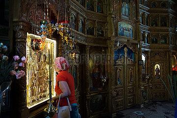Republik Moldau  Glaeubige im Gebet vor einer Ikone  hier Teil der Ikonostase  im Dreifaltigkeitskloster Saharna