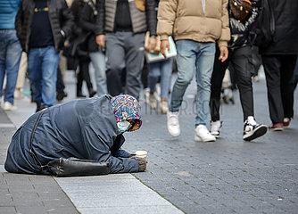 Bettlerin in der Duesseldorfer Innenstadt in Zeiten der Coronapandemie zur Vorweihnachtszeit  Duesseldorf  Nordrhein-Westfalen  Deutschland