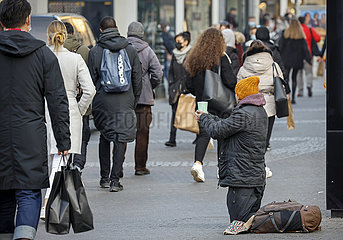 Bettler in der Duesseldorfer Innenstadt in Zeiten der Coronapandemie zur Vorweihnachtszeit  Duesseldorf  Nordrhein-Westfalen  Deutschland