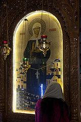Republik Moldau  Glaeubige im Gebet vor einer Ikone im Dreifaltigkeitskloster Saharna