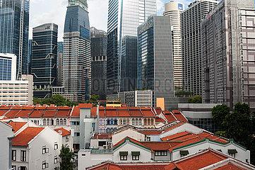 Singapur  Republik Singapur  Blick ueber traditionelle Shophouses auf die Wolkenkratzer im Geschaeftsviertel