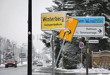 Zugeschneites Ortsschild Winterberg  Sauerland  Nordrhein-Westfalen  Deutschland
